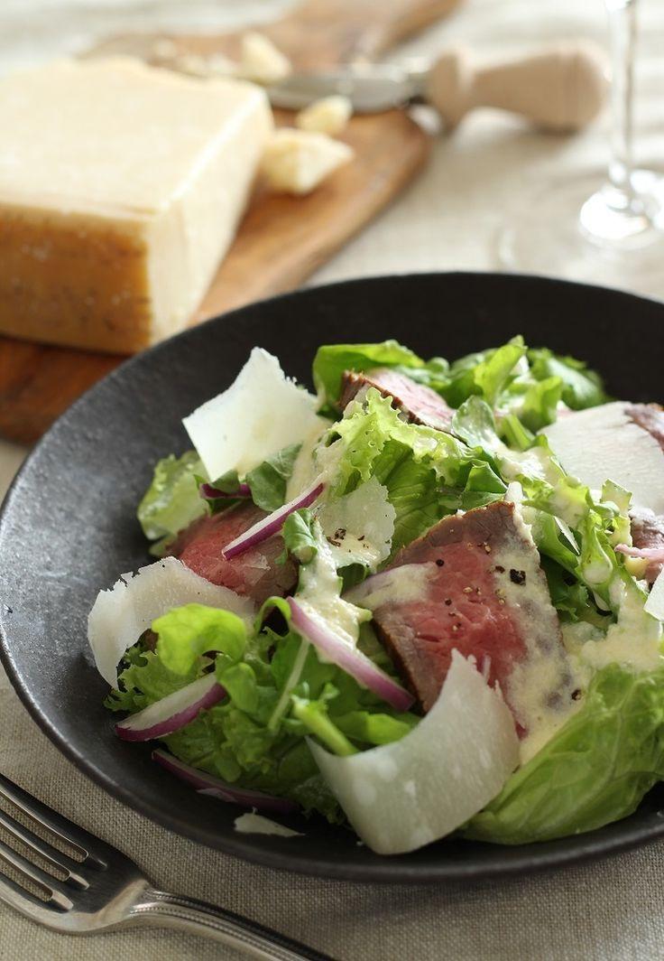 パルミジャーノとローストビーフを使い、サラダですが、主菜にもなる一皿です。
