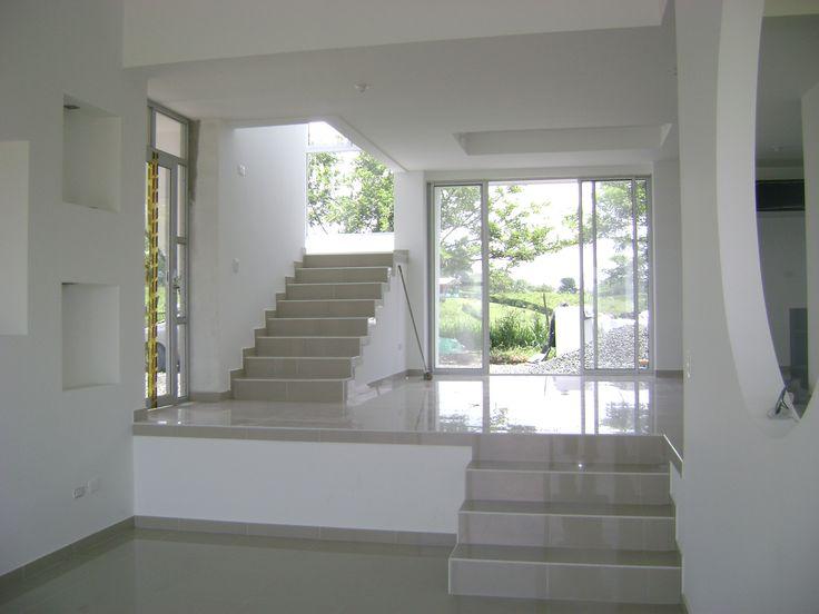 casa Daniel interior integración sala comedor, acceso y escaleras segundo piso  arquitecto Rodrigo Medina cel 300 7862656 Pereira colombia