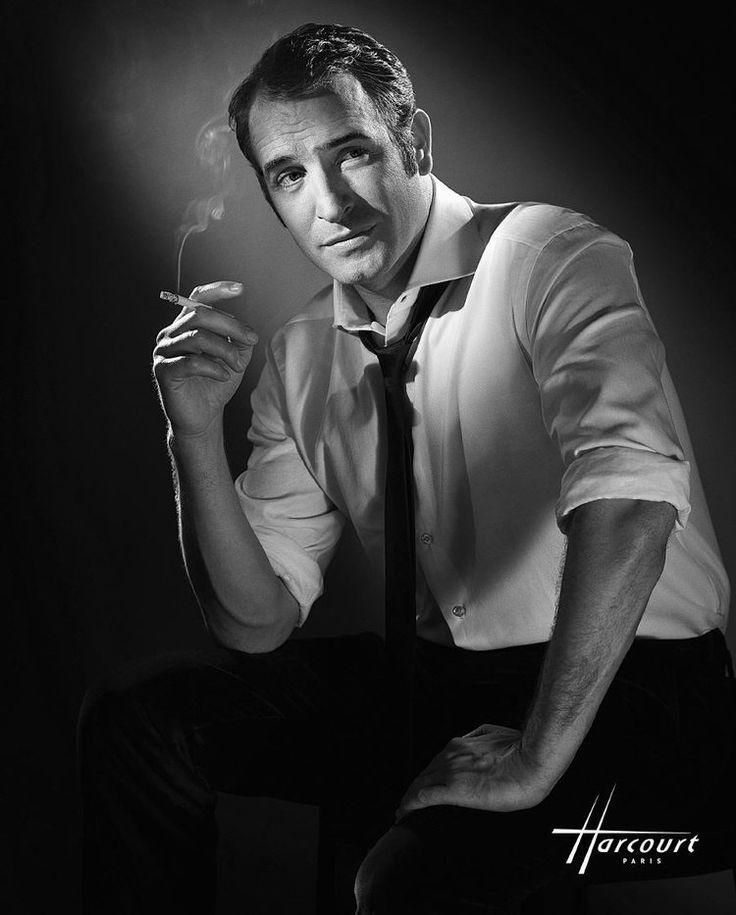 L'acteur français Jean Dujardin a été immortalisé par les studios en 2009, alors qu'il enfilait à nouveau la veste d'OSS 117 dans le second volet Rio ne répond plus. La photographie restitue à merveille la classe légendaire de l'acteur, qui pose telle une star américaine, à mi-chemin entre un James Bond et un Gabin séducteur de la fin des années 1930. © Studio Harcourt Paris