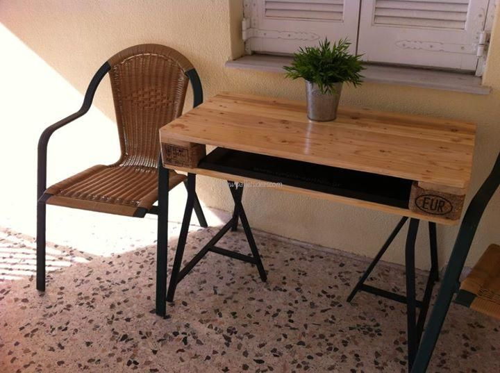 Pallets made moving tables can be used with chairs, sofas, sitting benches to serve drinks, coffee and beverages. Moving tables made with pallets wood can also be constructed as storage tables to provide you sufficient space for storing lots of house hold items.