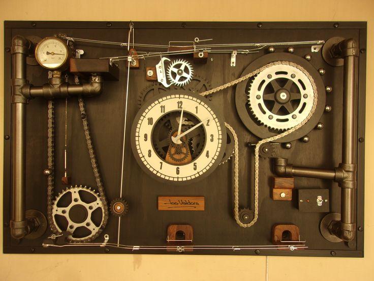 """Escultura cinética en forma de reloj. """"Macho Plomer"""" Es la cuarta generación de la se"""