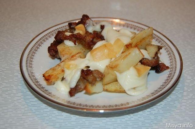 Patate con salsiccia e scamorza. Scopri la ricetta: http://www.misya.info/2012/01/11/patate-con-salsiccia-e-scamorza.htm
