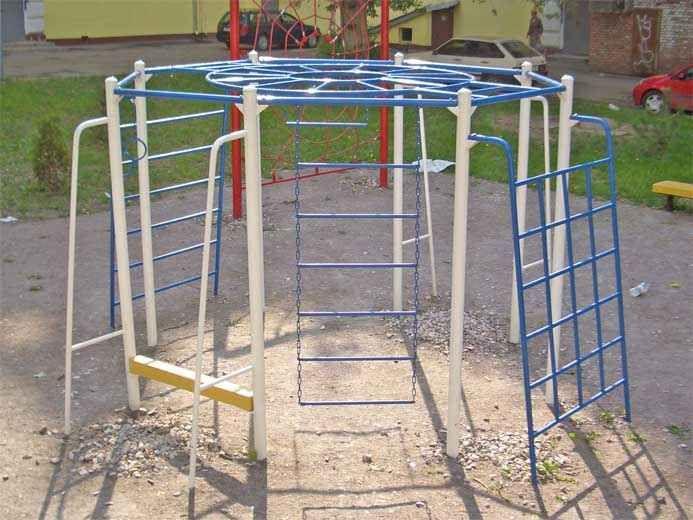 Комплекс для школьных спортивных площадок и стадионов, дворов. В составе - лестницы, лазы, кольца, рукоход, вертикальные шесты и турник для подтягивания.