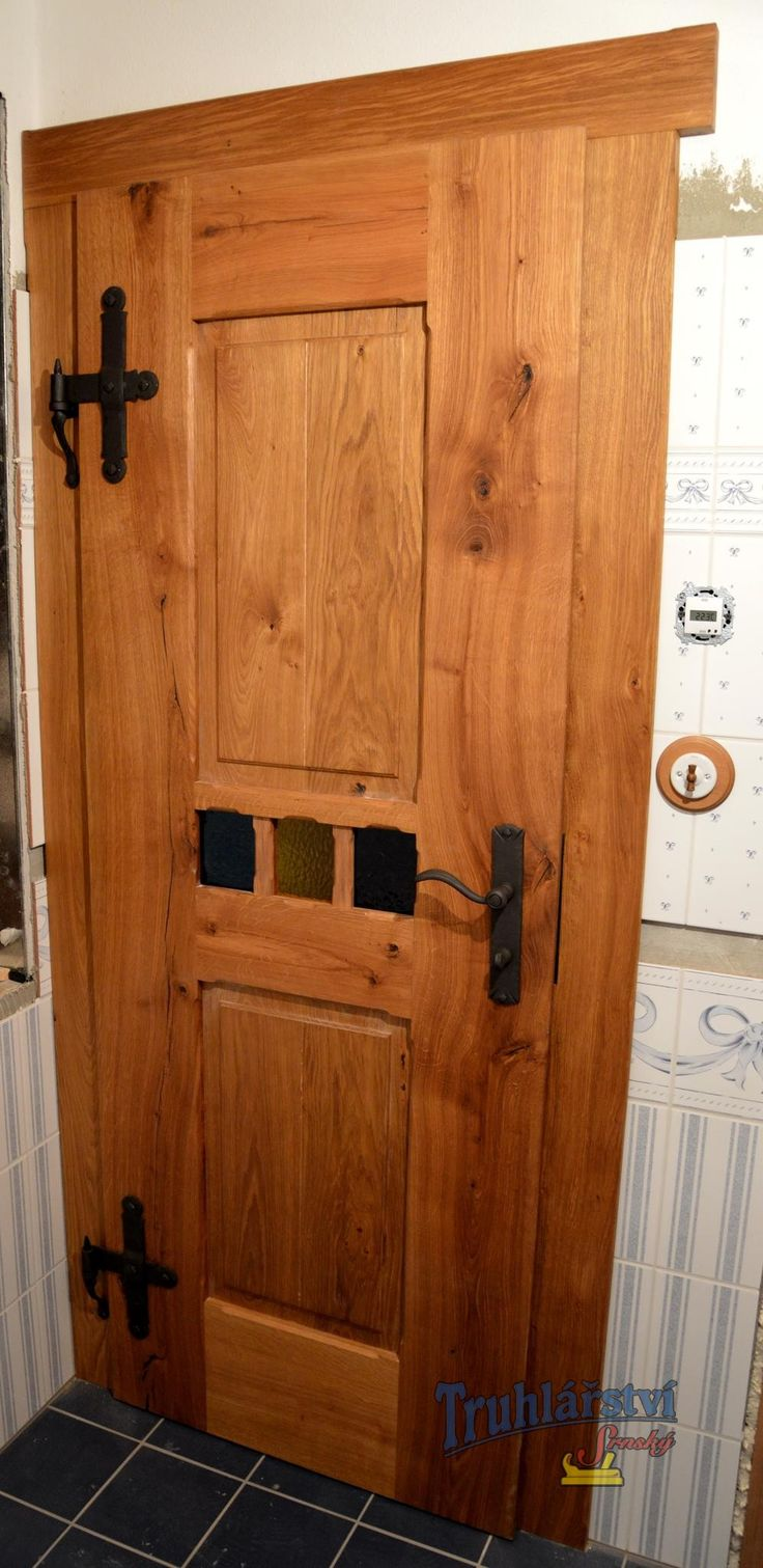 Dveře kazetové, v obložkové zárubni, dub, drásaný, olejovaný. Kovaná klika a závěsy. Středová linka barevné sklo.