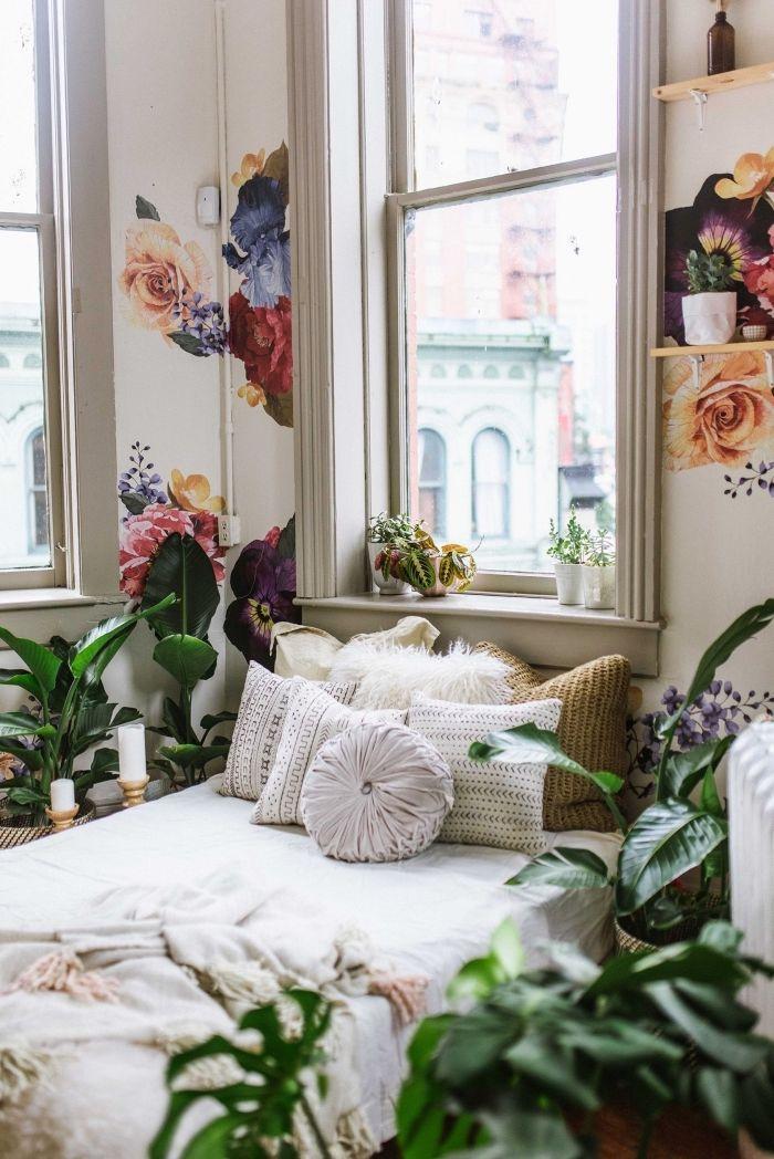 Intérieur Chic Et Boheme Dans Une Chambre Aux Murs Blancs Avec Déco En étagères  Murales Et Stickers Murales à Design Fleurs | Chambre à Coucher | Home  Decor ...