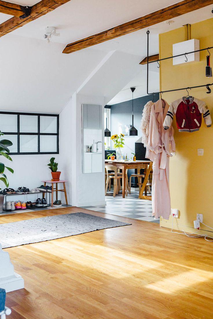 Dit appartement is hét bewijs dat je de schuine muren een felle kleur moet geven - Roomed