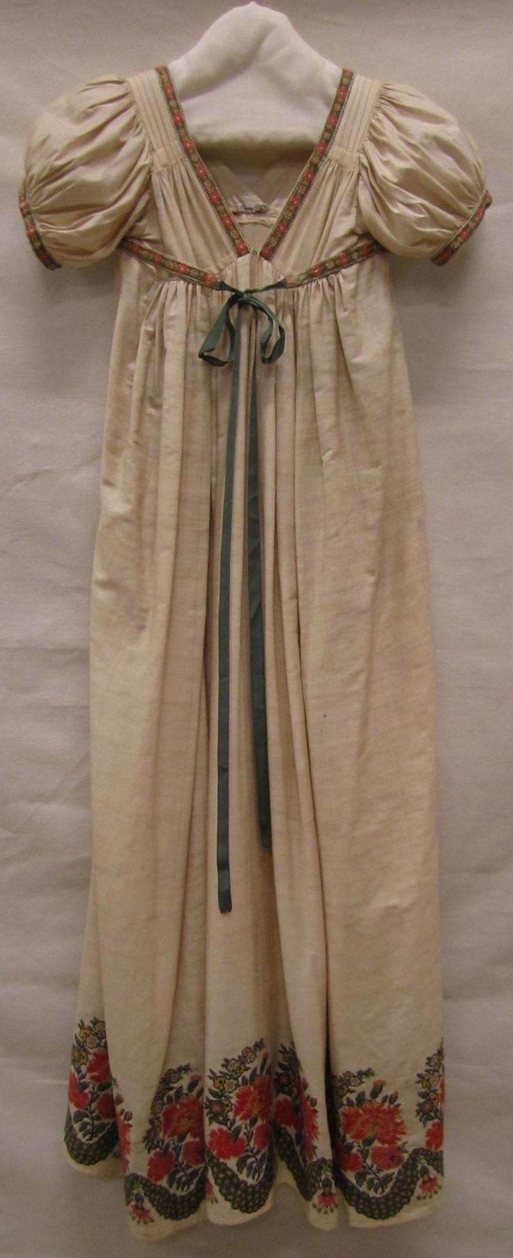 Japon | Dress, ca. 1810-1820, wol en zijde met ingeweven wollen bloemrand | wool and silk with woven wool flower border, Gemeentemuseum Den Haag #modemuze #janeausten #gemeentemuseum