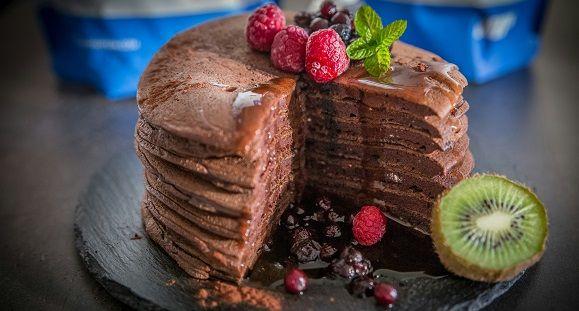 Voici une recette de pancakes au chocolat protéiné, ces pancakes sont délicieusement moelleux et complètement healthy, parfaits pour le petit*déjeuner !
