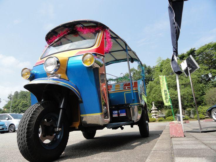 日本自動車博物館が開催するイベントでは、タイで、まだまだ現役のタクシー、トゥクトゥクに乗れる事もあります。