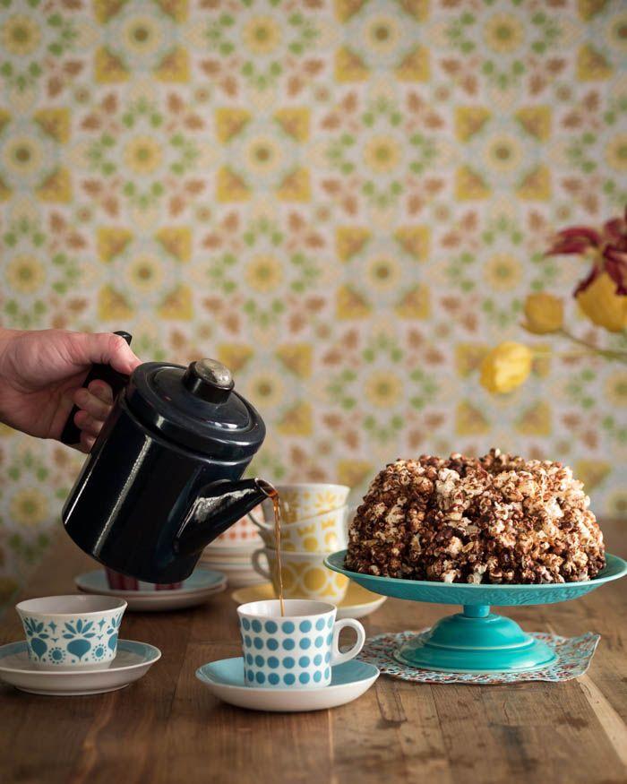 Popcornkakku on hauskaa vaihtelua perinteisille kakuille. Tein tämän samaan tapaan kuin rocky road karkit, eli sulan suklaan joukkoon sekoitetaan erilaisia herkkuja, kuten popcornia, kuivattuja hedelmiä ja pähkinöitä. Mukaan voisi laittaa myös vaahtokarkkeja, suklaapaloja ja vaikka keksinmuruja. Oikeastaan mitä vain mielesi halajaa.
