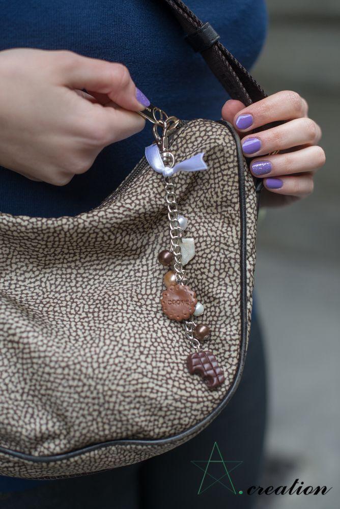 portachiavi/ciondolo da borsa realizzato con catena in metallo, ciondoli in fimo, perline in plastica e fiocco di passamaneria