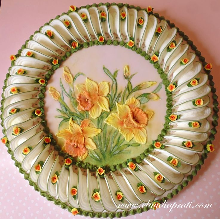 Daffodil royal icing plaque. Cocoa butter painting, painted brush embroidery, lambeth piping.