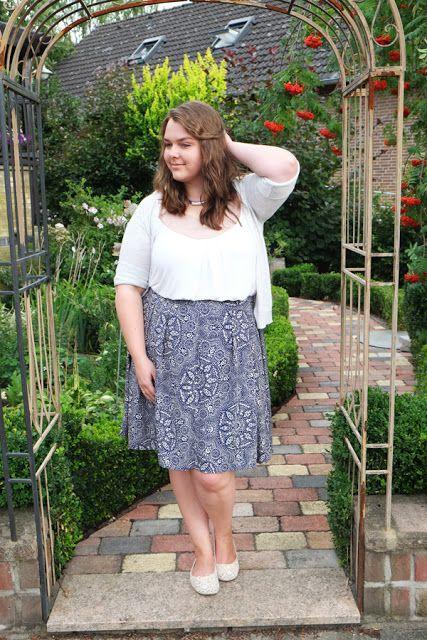 Blauer Musterrock romantisch kombiniert mit Neutrals | Plus Size Fashion Outfit | pattern print skirt blue white