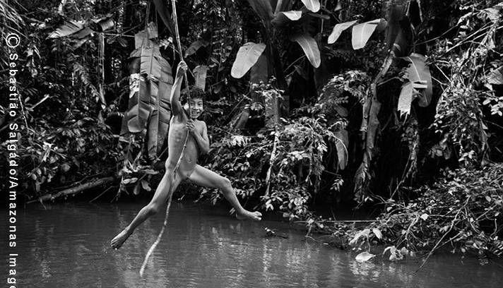 sebastião salgado O pequeno Makoeri se prepara para se jogar no rio Juriti, que é um afluente do rio Caru