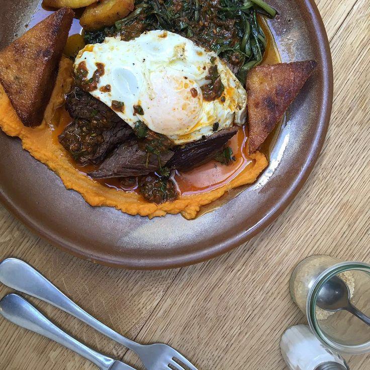 Our Saturday brunch is served from 10am-3pm ☕️ #hallescheshaus #generalstore #kreuzberg #berlin #brunch #berlinbrunch #eggs #friedegg #steakandeggs #chimichurri