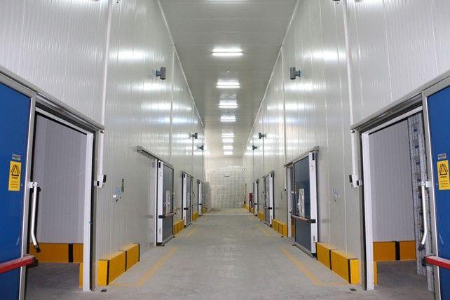 ASSAN PANEL CS Assan Panel CS ürünü yüzeyinde kullanılan ve bakterilere karşı tam koruma sağlayan özel boyası sayesinde soğuk odalarda kullanılabilir. Çift taraflı lamba zıvana kesiti ile mukavim bir birleşim sağlayarak ısı yalıtımında avantaj sağlamaktadır. Soğuk hava depoları cephe kaplamaları yanısırıa tavan kaplamalarında da uygulanabilmektedir. #ASSANPanel #GREENGUARD