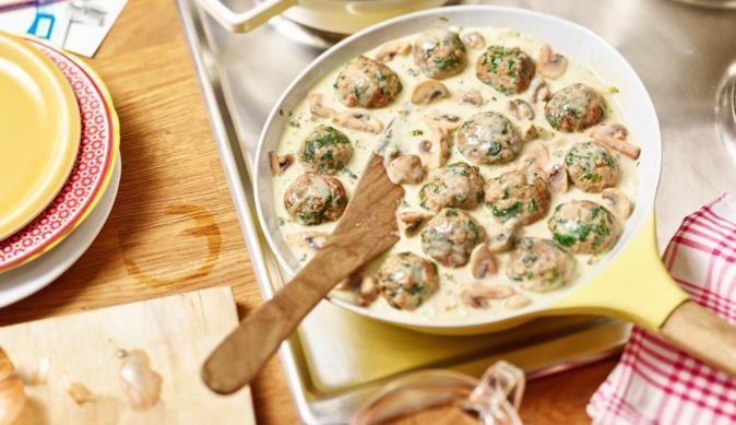 Ihre Kinder werden sie lieben - Das Rezept für die leckeren Hack-Spinat-Klopse mit Champignons und Reis gibt's bei MAGGI.