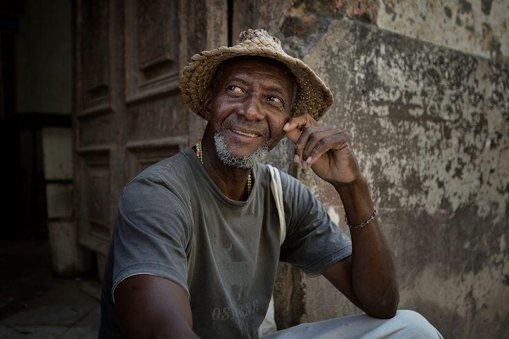 La riapertura dell'Ambasciata americana a L'Avana dopo oltre cinquant'anni e le nuove relazioni diplomatiche tra Raul Castro e l'ammistrazione Obama fanno presupporre una svolta profonda nelle tradizioni di Cuba. Fotografie del cambiamento e del passato. Fotografo a Cuba Edoardo Agresti
