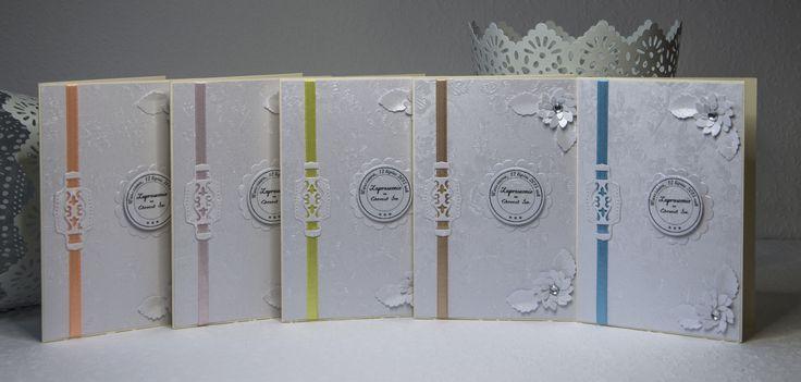 Zaproszenia na Pierwsza Komunię Świętą o wymiarach 10,5x14,8. Zdobione papierem w delikatne tłoczone kwiatki oraz wstążeczką w różnych kolorach.