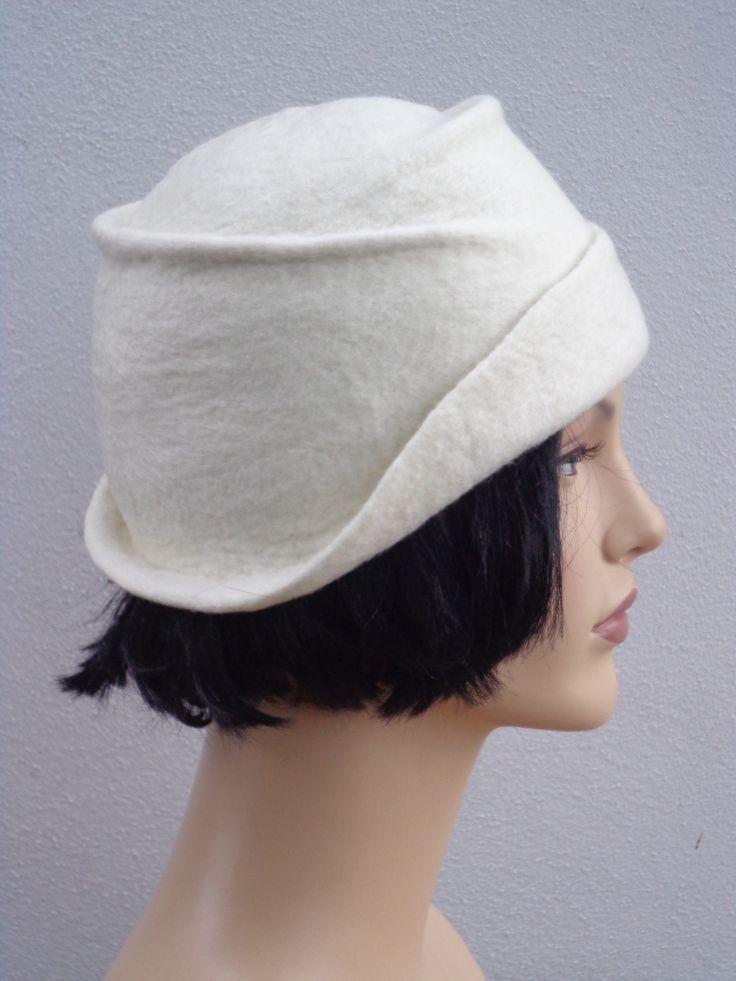 Chapeau cloche femme retro, années 1920, laine feutrée blanche                                                                                                                                                      Plus
