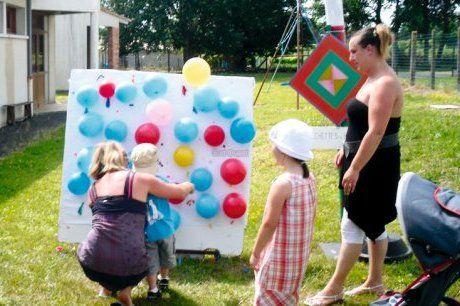 Jeux et danses à la kermesse de l'école Dessiner des fantômes sur des ballons blanc remplis de bonbons.