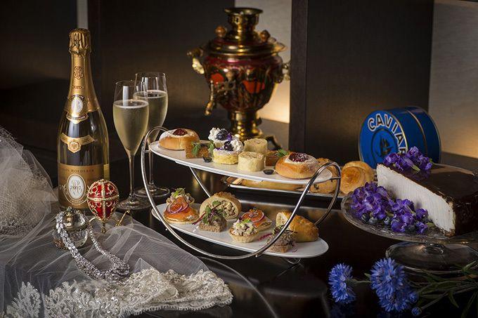 ロシアのケーキ「バーズミルクケーキ」、「パスティラ」、「ヴァトルーシュカ」、アプリコットジャムクレープ、ミニパンケーキ、ピロシキ、ポークリエット、チキンとセロリのミニタルト、自家製スモークサーモンのブリニ、スコーン2種