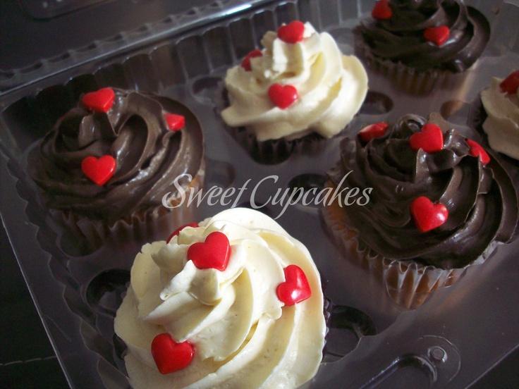Caja de 6 unidades de chocolate y vainilla con crema de mantequilla en dos colores y corazones rojos.    Copyright® Sweet Cupcakes