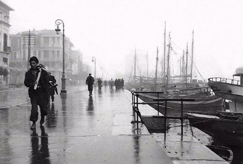 Μια βροχερή μέρα του 1950. Λήψη της κορυφαίας Ελληνίδας φωτογράφου Βούλας Παπαϊωάννου.