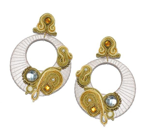 Pendiente de flamenca. Aro en color beige con detalles y aplicaciones en dorado y piedra