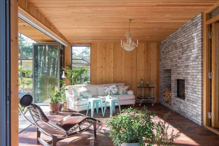 bardage bois intérieur, sol en parquet massif, canapé droit blanc ...