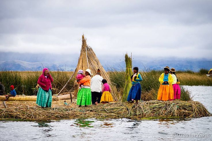 Peru'daki son noktamız Puno ve oradan Titicaca gölünde yer alan adalara yaptığımız tekne turu fotoğraflarını ve yazımızı blogda yayınladık. Bağlantı profilde. Fotoğraf yerlilerin sazlarla yaptığı yüzen adalar topluluğu olan Uros adalarından. #uzaklaryakin #titicaca #uros #peru