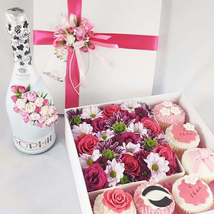 Подарочная коробочка с живыми цветами и капкейками. Доставка по Таллинну www.pidu24.eu