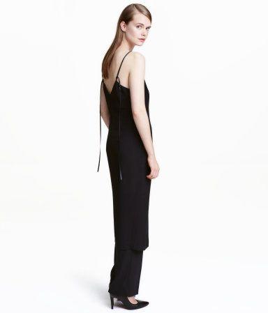 Musta. PREMIUM QUALITY. Hieman polven alle ulottuva, kevyesti muotoonommeltu mekko kaksinkertaista viskoosikangasta. V-pääntie edessä ja takana. Satiiniset