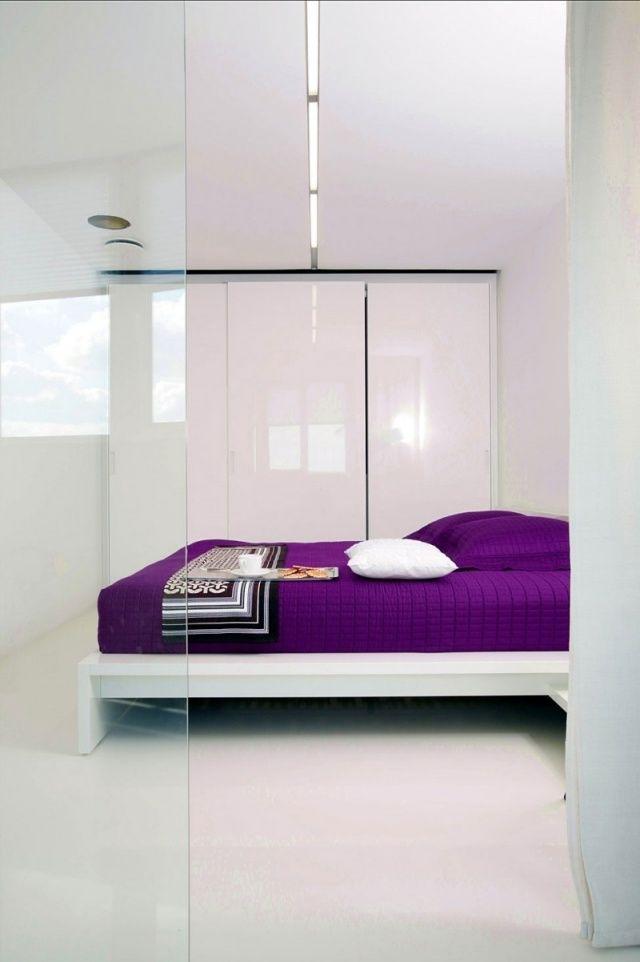 kleines schlafzimmer weiß hoschglanz kleiderschrank lila akzent tagesdecke bett
