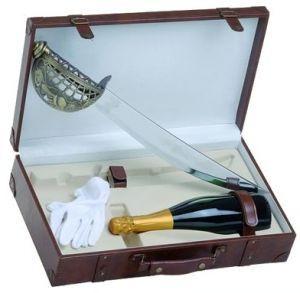 Cassetta in pelle vuota per una bottiglia di Champagne con sciabola e guanti bianchi.