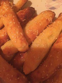 Bastoncini di patate e formaggio e semi di sesamo Ingredienti: 300 gr di patate 300 gr di farina 1 uovo 50 gr di burro 50 gr di parmigiano sale sesamo