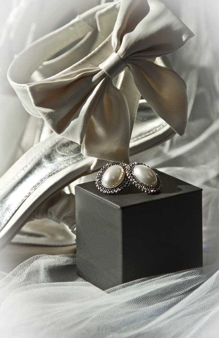 The shoes and jewelry... I love bows!