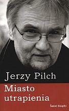 Metafizyczny dystans. Niepowtarzalny styl. Pilch w najlepszej literackiej formie. Jego powieść pełna jest przewrotnego humoru i celnych obserwacji. Przyjemność lektury, jak zwykle u tego autora, zacz...