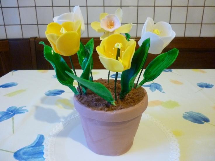 Torta vaso di fiori con tulipani in pasta di gomma
