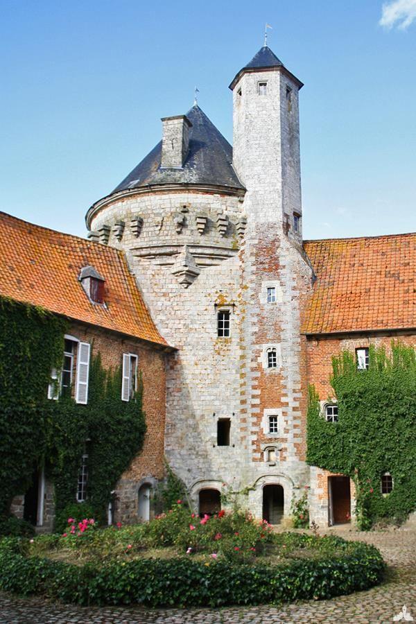 Cour du Château d'Olhain (Tour de guet), à Fresnicourt le Dolmen (Pas de Calais, CA Artois).