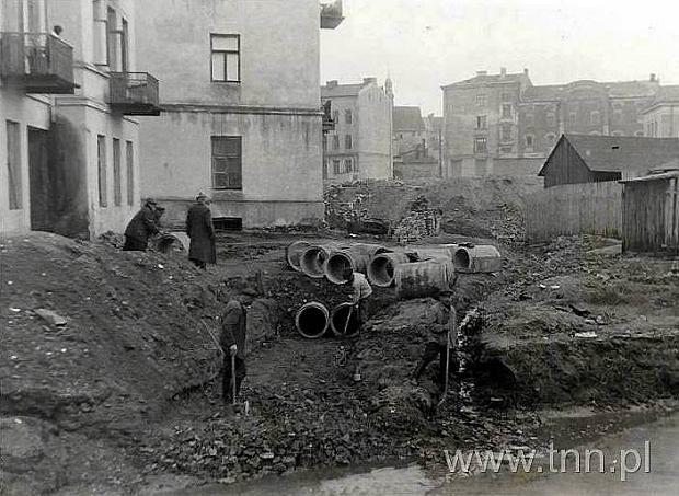 Budowa ulicy Wodopojnej. Układanie kanału burzowego.