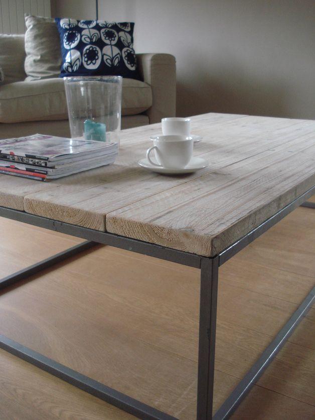 Fraai vormgegeven salontafel van stoere steigerhouten planken. Het onderstel is gemaakt van een stalen frame voor een strakke uitstraling.