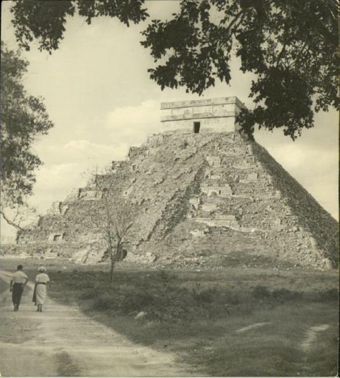 Chichen Itza, piramide el Castillo antes de su reconstrucción, 1889.
