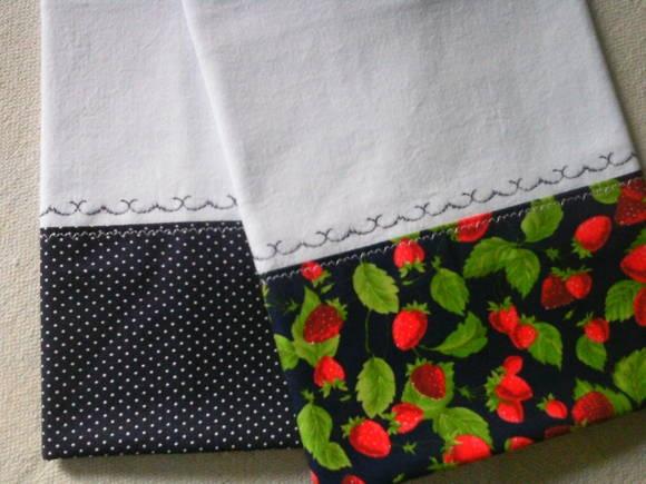 Pano de prato em sacaria de primeira linha,com barrado em tecido 100% algodão e aplicação de bordado inglês.  Cada pano mede 47 cm larg x 75 cm de comp.  Uma linda e simples combinação de cores que vão alegrar sua cozinha! R$ 16,80