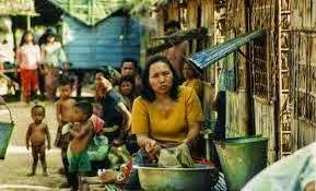Alors que le terme ''réfugiés'' alimente rumeurs et craintes au Cambodge avec l'envoi probable de réfugiés expulsés de Nauru vers le Cambodge, l'occasion ici de revoir le travail remarquable de Rithy Pan sur la vie dans les camps de réfugiés. Les conditions et les époques sont bien différentes mais son travail permet de savoir, et de se rappeler.