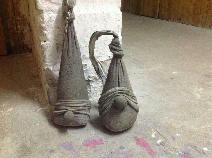 Søde beton nisser - looks like nylon stockings with concrete in???