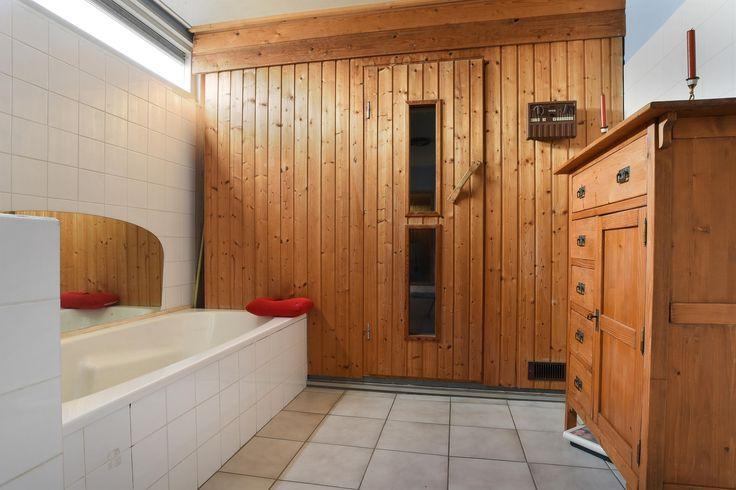 De woning heeft een royale badkamer van ca. 20 m2 met 2 wastafels, toilet, een ligbad en een 6-persoons sauna.