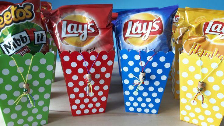popcorn doosjes die je ook heel goed voor een chips traktatie kunt gebruiken.