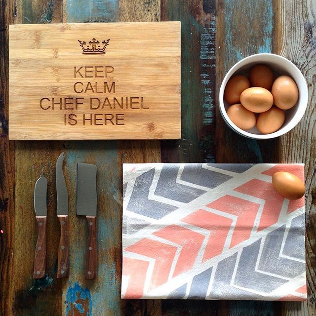 I'm so lucky I have a chef boyfriend (I'm hopeless in the kitchen) 🙅🏼😂🔪how cool is that personalized cutting board from The Treex next to the chevron tea towel 🔰?