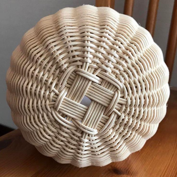 たまには違った角度から❣️ ・ かわい子ちゃんはおしりまでかわいいのー ・ ・ #籐#籐かご#かご編み#籐編み#ラタン #丸芯#丸かご#かごのおしり #rattan#rattanweaving#weaving #handmade#handcraft